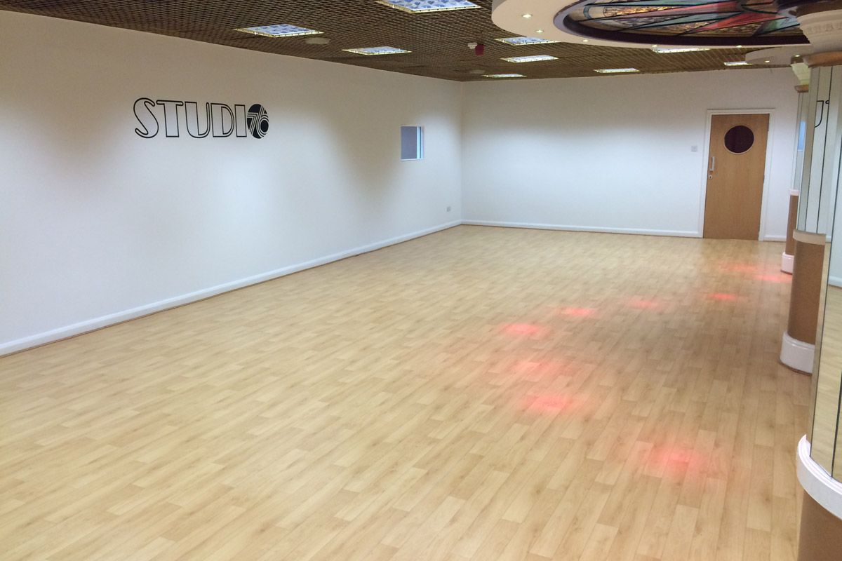 Dynamic wood effect dance floor le mark floors for Studio floor